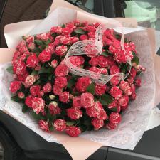 Букет из красно-белых кустовых роз