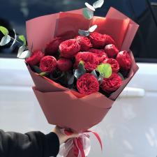 Букет красных пионовидных роз